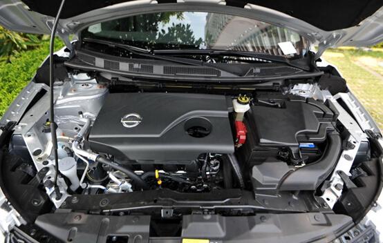 昂科拉:2015款昂科拉搭载的仍是1.4T涡轮增压发动机,变速箱升级,采用6速DSS智能启停变速箱,档位变换平顺,油门反应也够灵敏。操控方面,昂科拉的底盘调教也值得称赞,行走中车身的稳定性保持良好,但相较于新逍客的SUV底盘,难免处于下风。再加上新逍客前后全独立悬挂的应用,在此价位上,新逍客的操控性可谓无人能及,不过好在,昂科拉的顶配车型配有四驱系统,赋予其一定的越野性能。