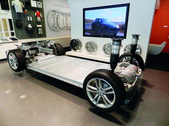电池组位置更低 很多电动汽车的电池都平铺在底盘之上,座椅之下,比