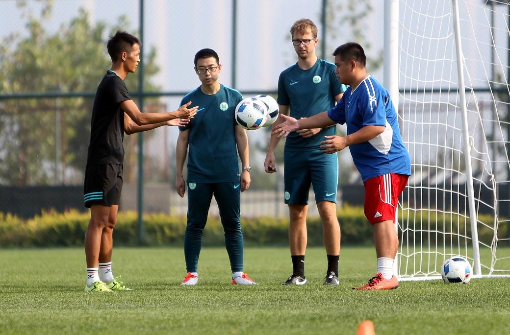 2016大众汽车青少年足球教练员培训班在大连拉开帷幕